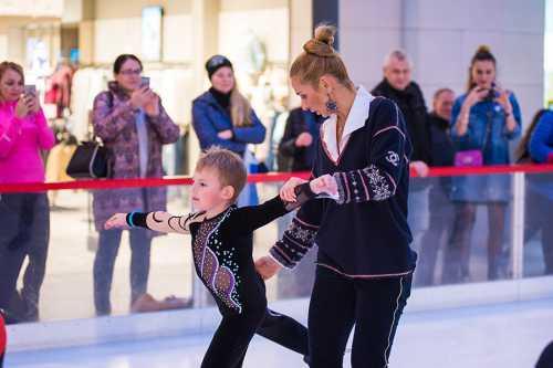 Татьяна Навка поставила на коньки младшую дочь
