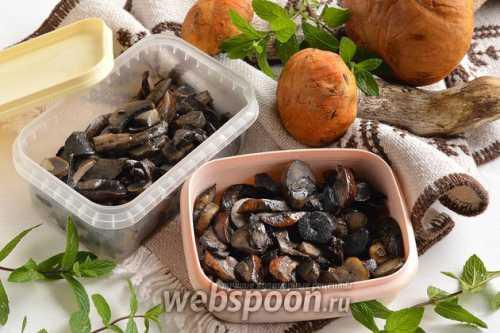 Поставьте на плиту кастрюлю с водой, солью и уксусом