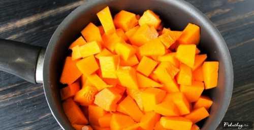 Кастрюлю с размягченными яблоками снимаем с огня и с помощью погружного блендера пюрируем, постепенно добавляя сахарный песок